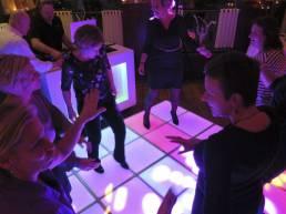 feest dj met verlichte dansvloer