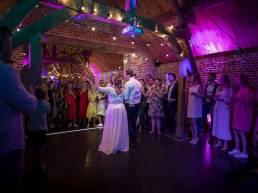 koppel dat tijdens trouwfeest danst
